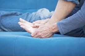 73be31149 Existuje vyše 25 rôznych príčin bolestí v oblasti chodidiel ako sú  pľuzgiere, kurie oká, pätové ostrohy, artritída, mykózy nôh, prekrývajúce  sa prsty na ...